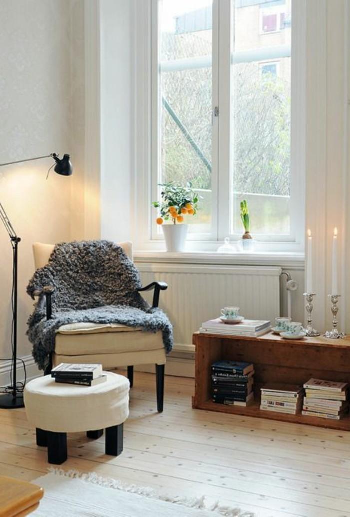 1-un-salon-d-esprit-loft-avec-sol-en-parquette-clair-et-fauteuil-de-lecture