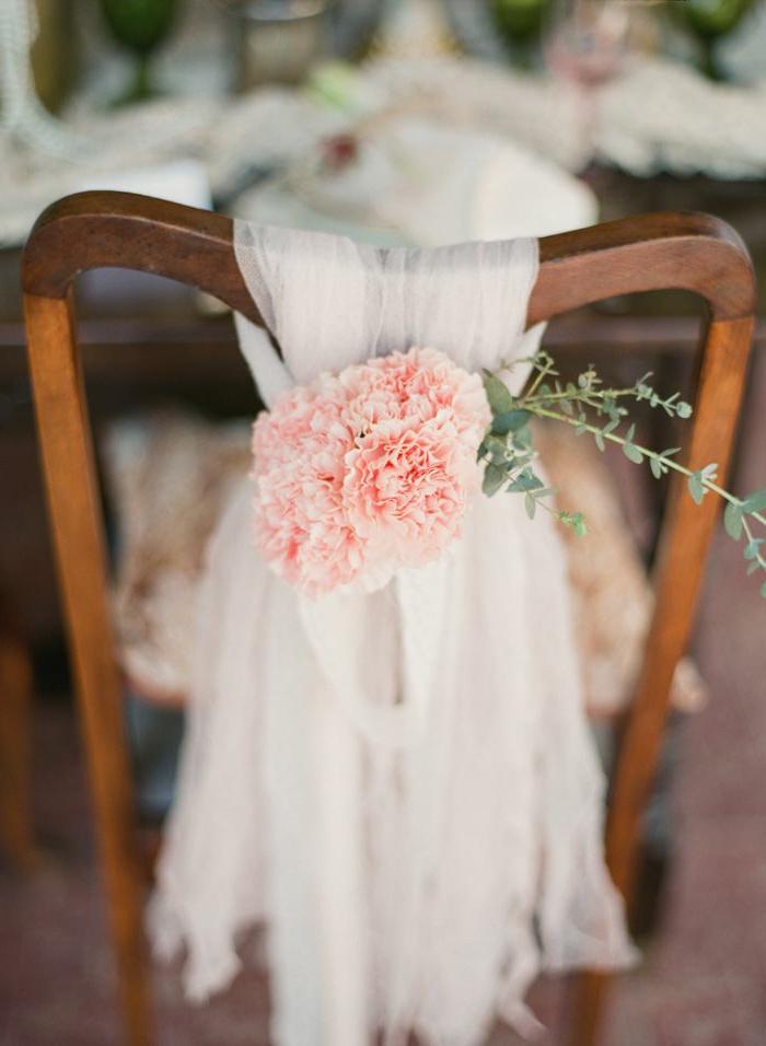 1-une-decoration-simple-et-pas-cher-avec-fleurs-pour-la-chaise-de-mariage-hausse-de-chaise-pour-mariage