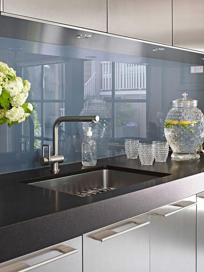 1-une-jolie-cuisine-bleu-foncé-cuisine-lаquée-avec-meubles-lаqués-gris