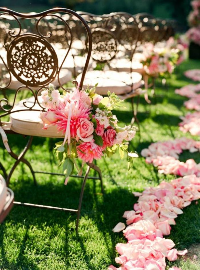1-une-jolie-hausse-de-chaise-pour-mariage-avec-fleurs-pour-les-chaises-en-fer-forgé