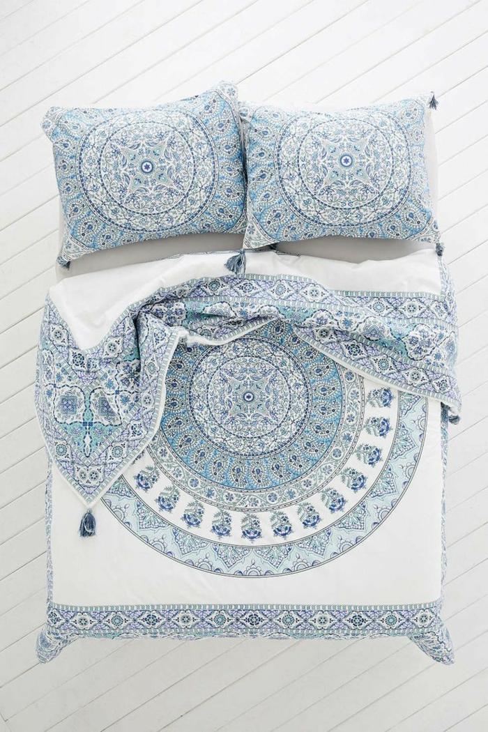1-une-jolie-parure-de-lit-blanc-et-bleu-pour-votre-lit-dans-la-chambre-à-coucher