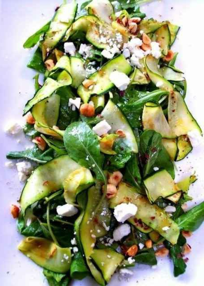 1-une-jolie-salade-avec-épinard-coucombers-et-fromage-entrée-froide-originale