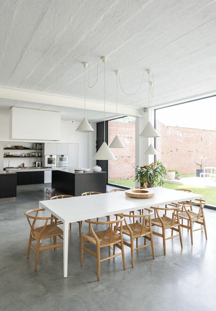 1-une-jolie-salle-de-séjour-avec-sol-en-béton-ciré-gris-meubles-zen-avec-grandes-fenetres