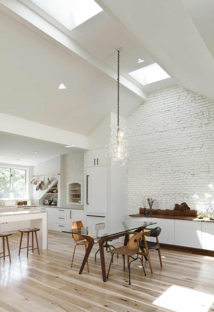 1-une-jolie-salle-de-séjour-sous-pente-avecmur-de-briques-blanches-et-saint-maclou-parquet-clair