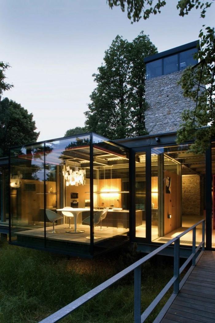 1-une-maison-contemporaine-de-style-minimaliste-avec-une-jolie-piscine-d-exterieur-et-murs-en-verre