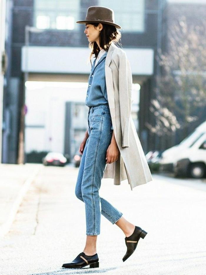 1-une-vision-élégante-femme-mode-denim-chaussures-noires-manteau-long-femme-beige