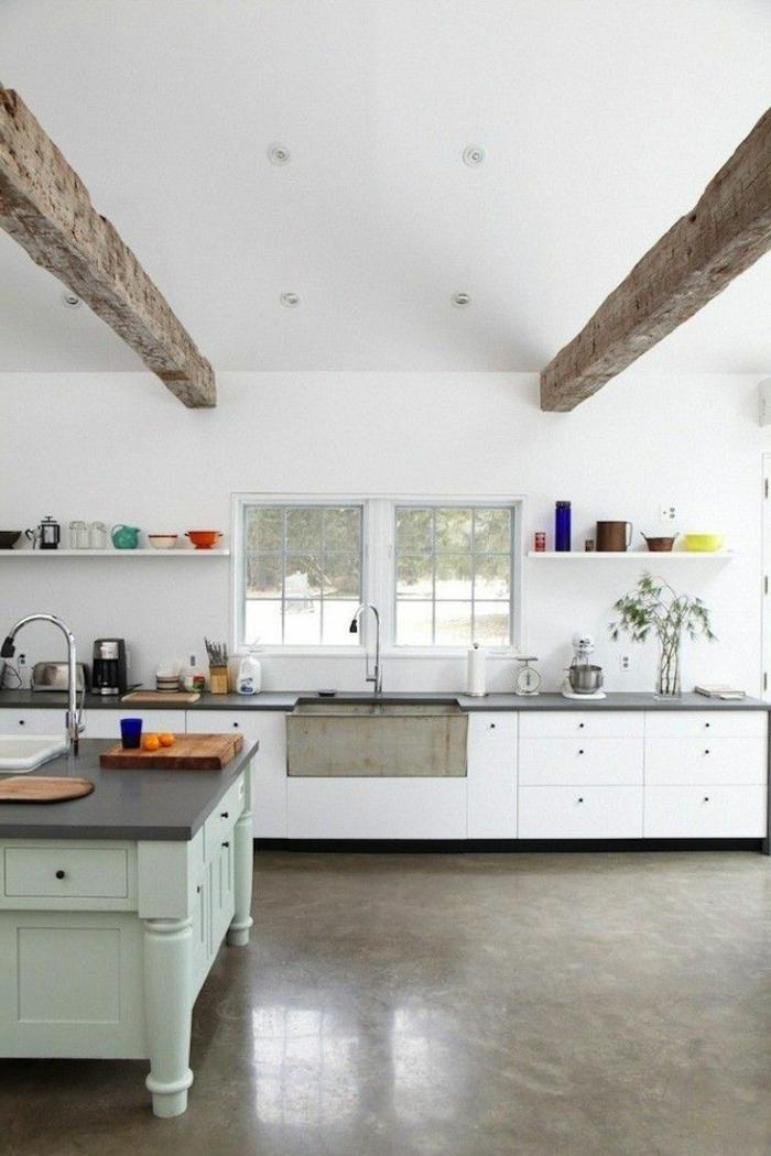 1-vaste-cuisine-avec-leroy-merlin-beton-ciré-beige-et-plafond-sous-combles--murs-blancs