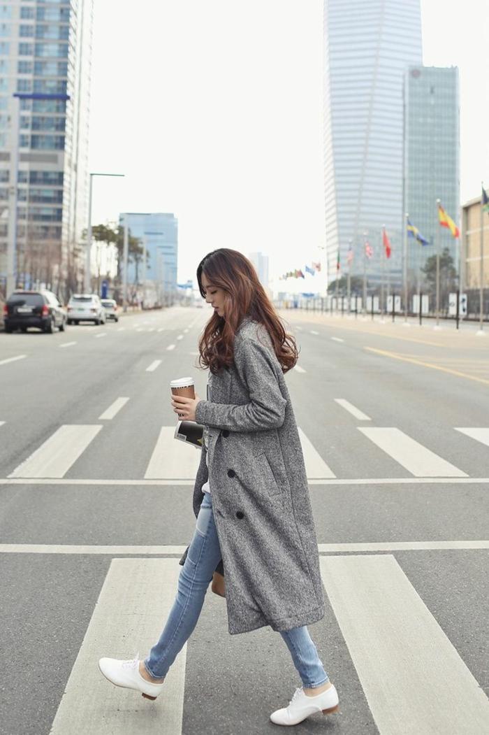 1-veste-matelassée-femme-gris-avec-sneakers-blancs-manteau-gris-tendances-de-la-mode