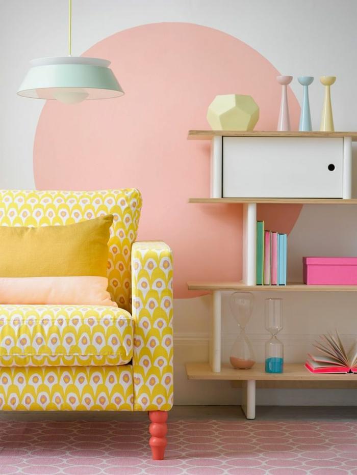 11-salon-avec-une-jolie-decoration-murale-joli-canapé-jaune-dans-le-salon-avec-meubles-d-interieur