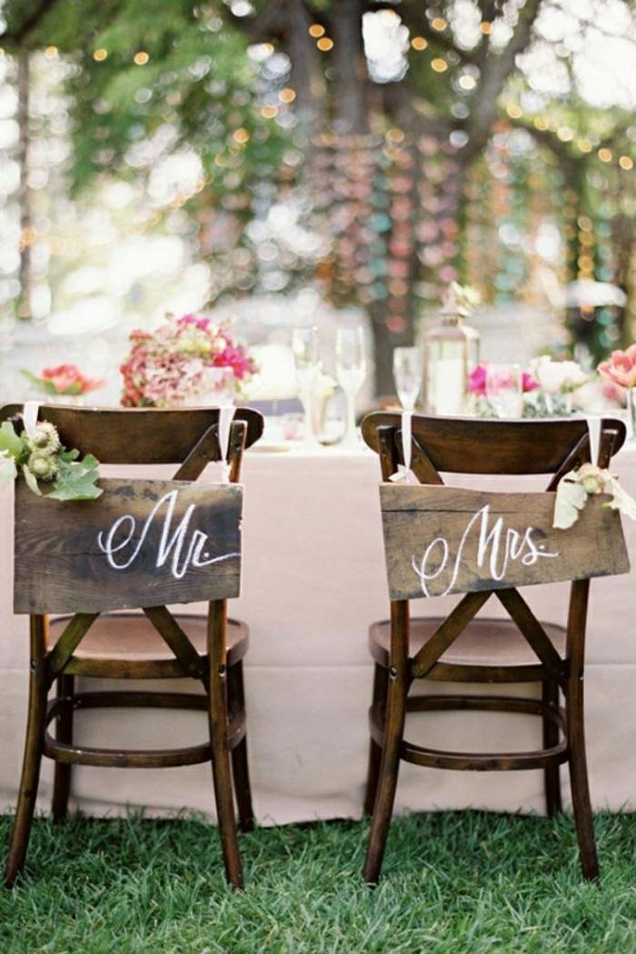 12-hausse-de-chaise-pour-mariage-en-bois-avec-fleurs-et-un-citation-comment-decorer-les-chaises-de-mariage