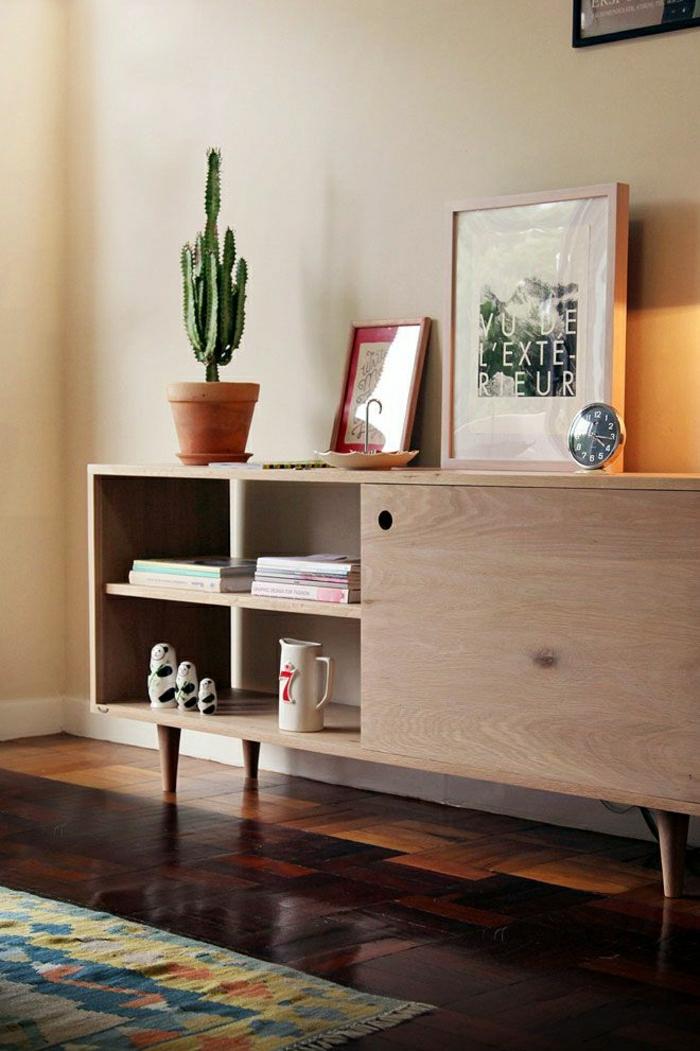 2-bahut-conforama-pas-cher-en-bois-clair-dans-le-salon-avec-mur-beige-et-plante-verte