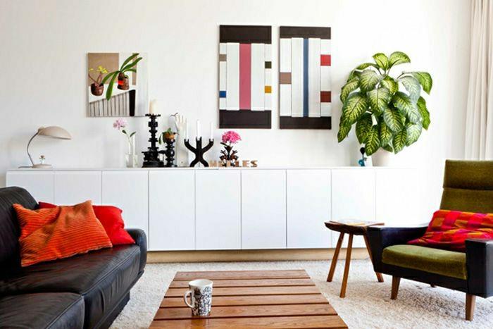 2-bahut-conforama-pas-cher-en-bois-clair-dans-le-salon-avec-mur-blanc-et-canapés-noirs-coussins-oranges