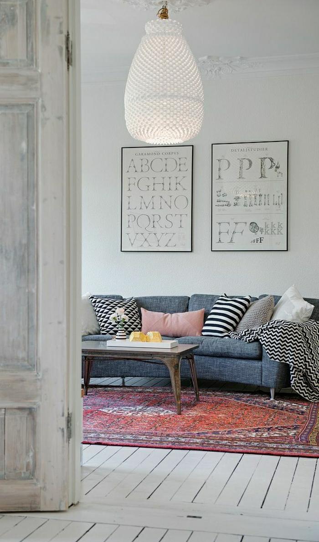 2-joli-salon-de-style-moderne-avec-tapis-rouge-mur-gris-et-decoration-murale-avec-peinture
