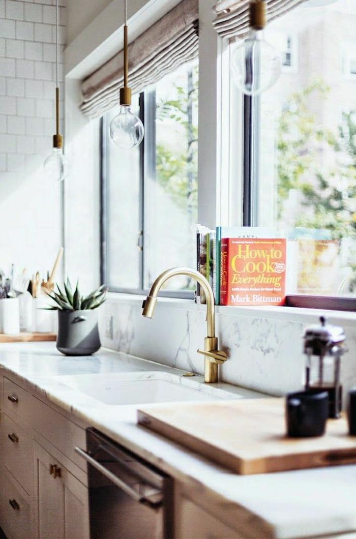 2-jolie-cuisine-feng-shui-avec-robinet-en-or-credence-de-cuisine-en-marbre-blanche
