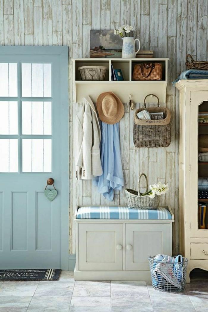 2-les-meubles-à-chaussures-dans-le-couloir-avec-carrelage-gris-et-porte-en-bois-bleu