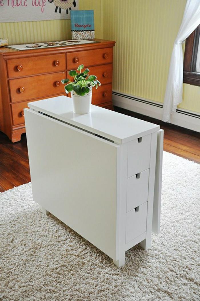 Chambre Avec Jonc De Mer : une jolie table escamotable en bois pour le salon avec tapis beige