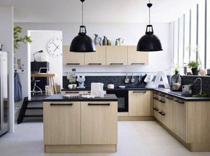 2-petite-cuisine-ouverte-cuisinie-americaine-avec-une-ilot-en-bois-massif-et-murs-blanches