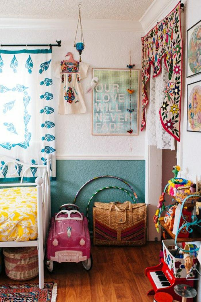 2-rideaux-enfants-blancs-dans-la-chambre-d-enfant-garçon-sol-en-parquette-foncé-et-deco-murale