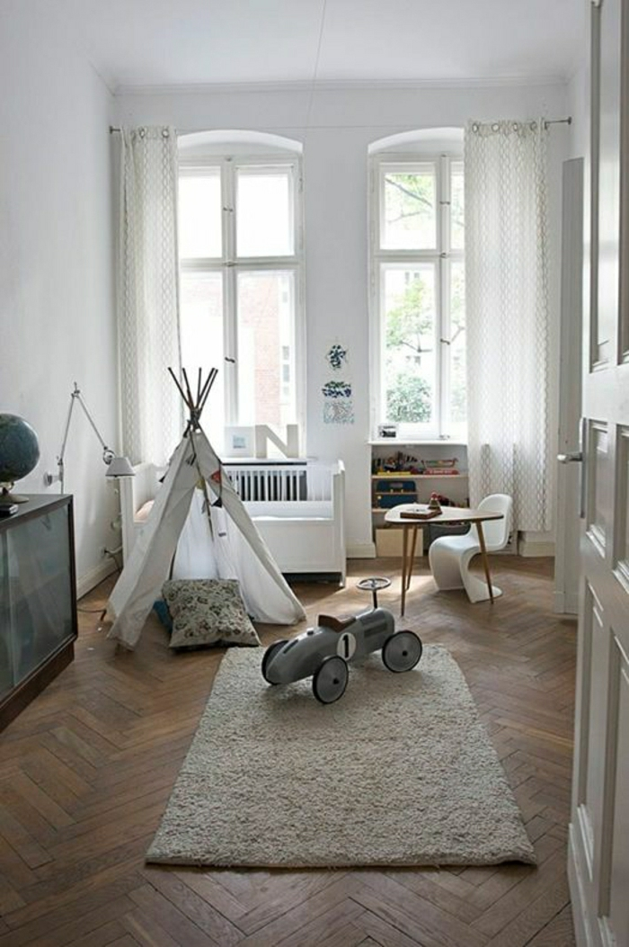 2-rideaux-enfants-blancs-dans-la-chambre-d-enfant-garçon-sol-en-parquette-foncé