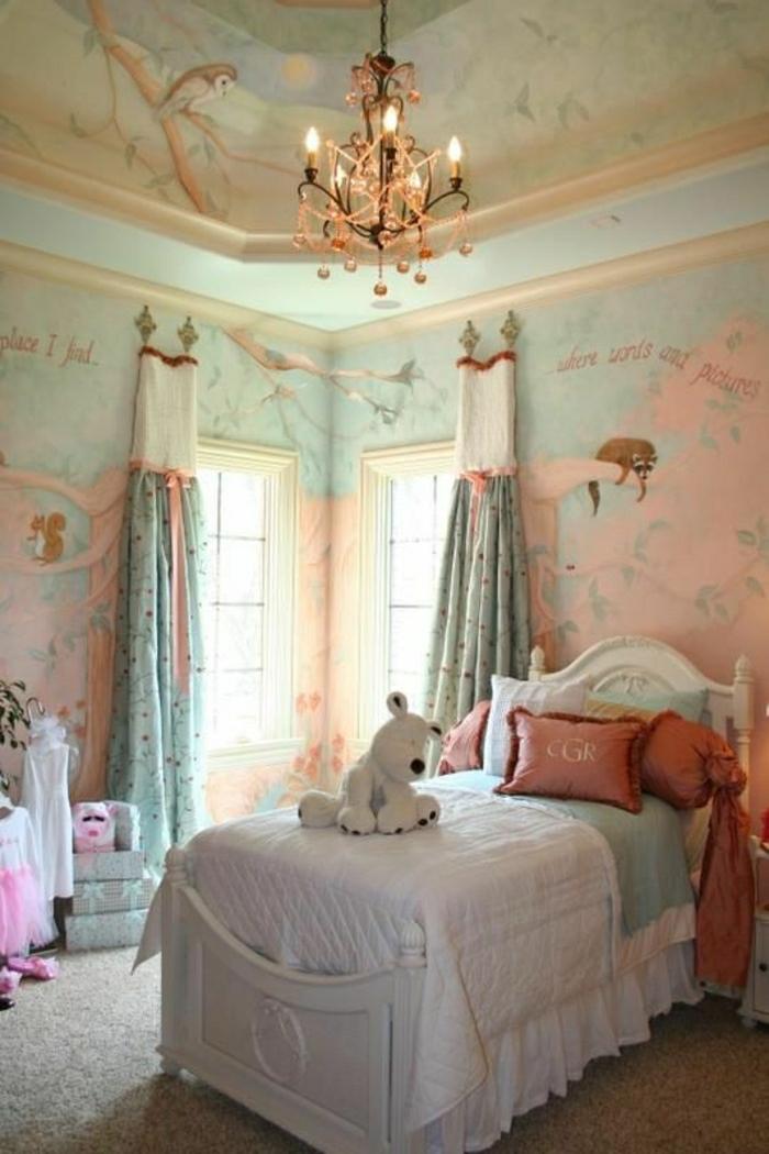 2-rideaux-enfants-colorés-dans-la-chambre-d-enfant-fille-avec-murs-aux-stickers-muraux