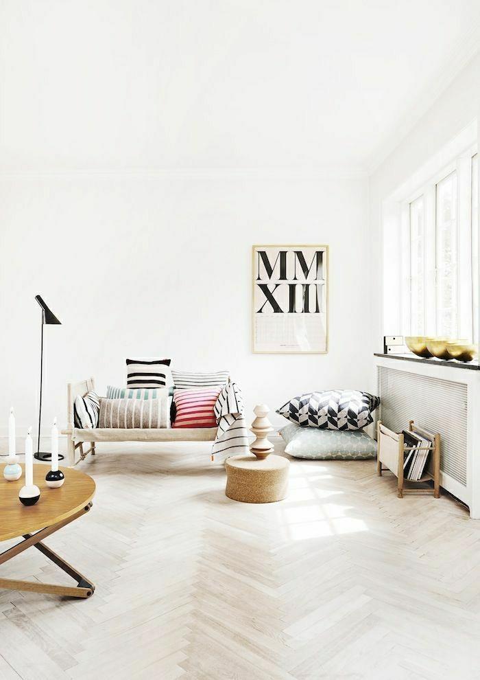 2-saint-maclou-parquet-dans-un-salon-moderne-avec-plafond-haut-et-beaucoup-de-lumière