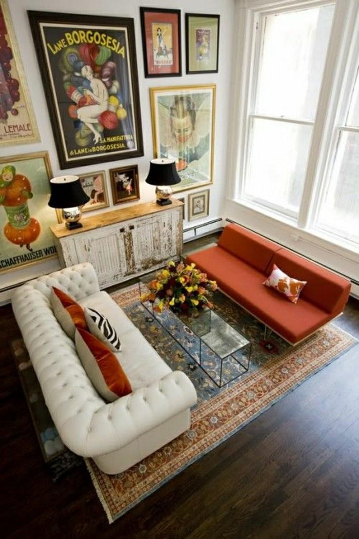2-salon-avec-parquet-foncé-avec-fauteuil-gris-et-orange-table-de-salon-en-verre-tapis-coloré