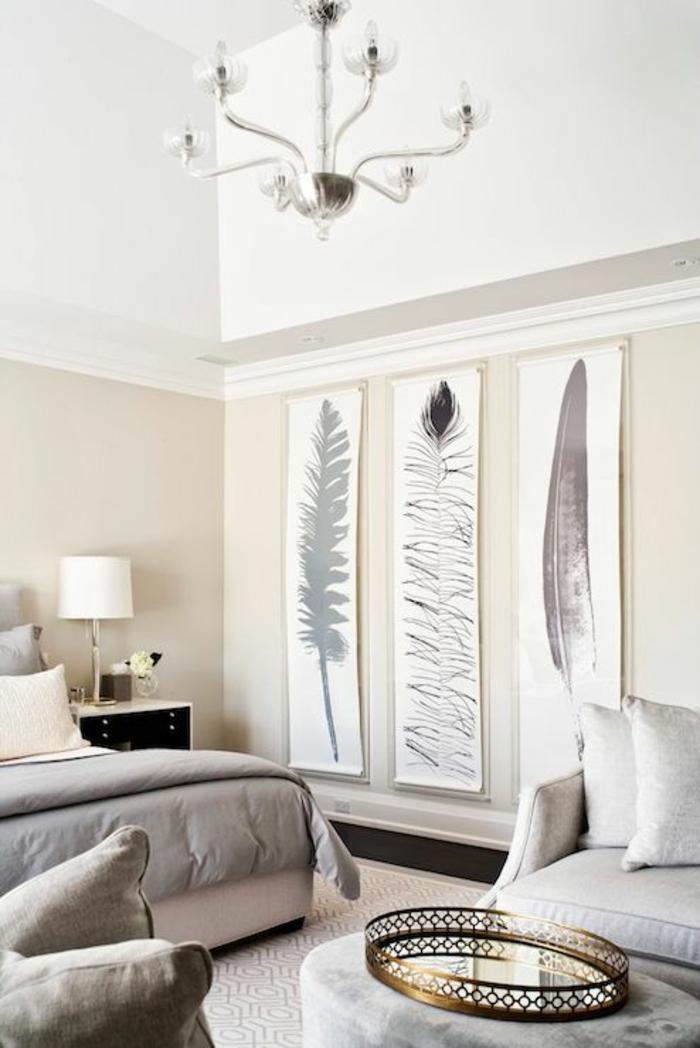 3-chambre-à-coucher-triptyque-peintures-avec-plume-lustre-originale-lit-fauteuil-blanc-et-gris-déco-stylée