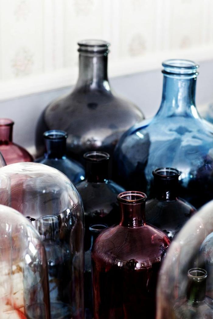 33-idee-deco-salon-moderne-avec-boutelles-de-verre-colorés-comment-decorer