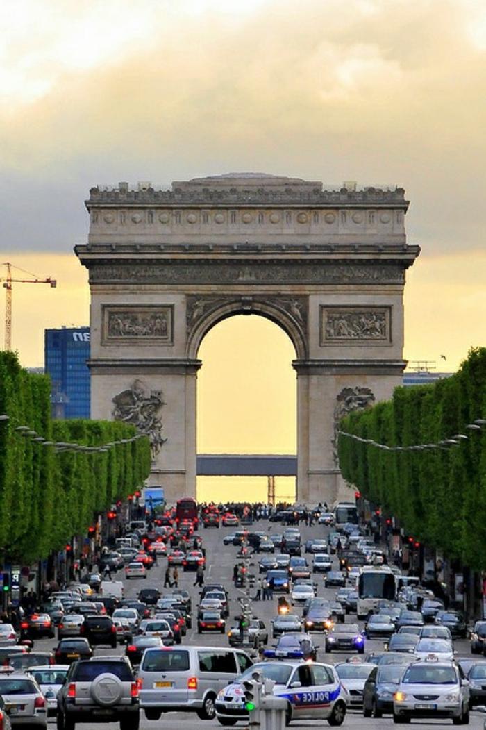 5-champs-Élysées-quoi-visiter-à-paris-tourisme-paris-vacances-pas-cher-pour-la-famille