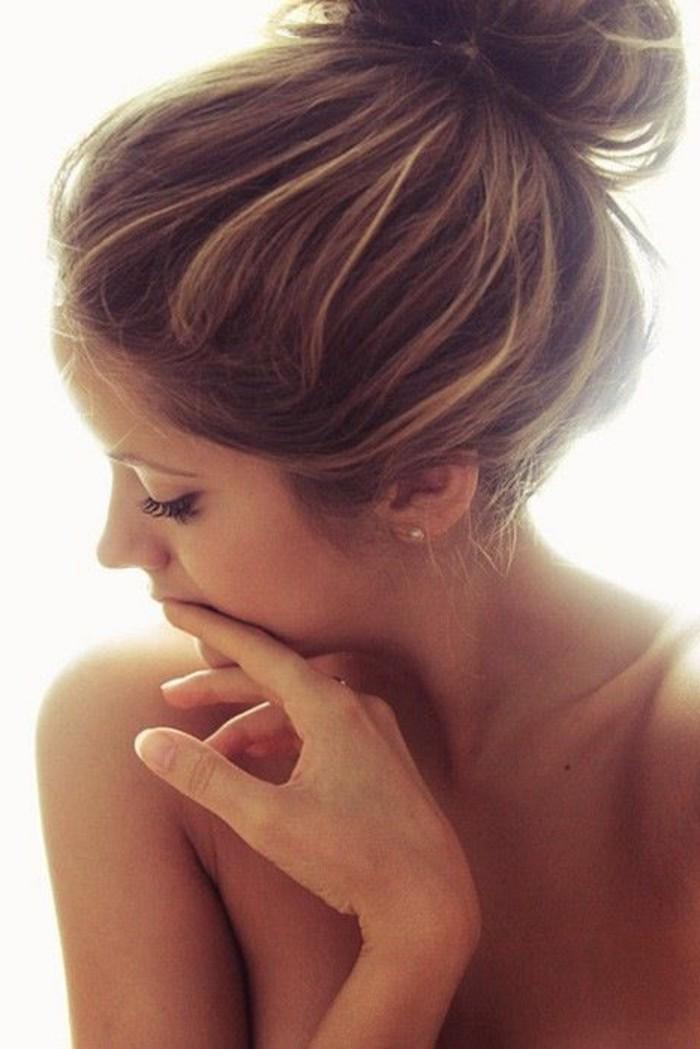 5-couleur-cheveux-couleur-châtain-clair-idée-coiffure-moderne-belle-bun