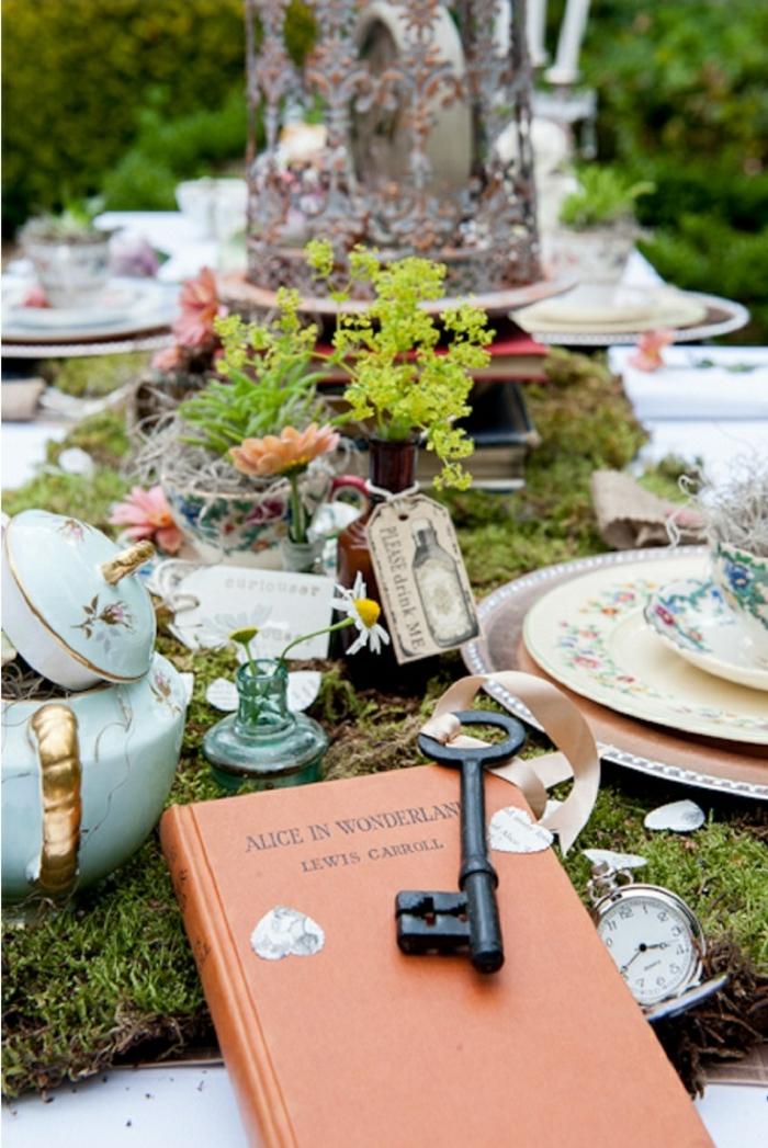 Alice-au-pays-des-merveille-disney-comment-aménager-la-salle-festive-belle-table-de-mariage-chemin-de-table-vert