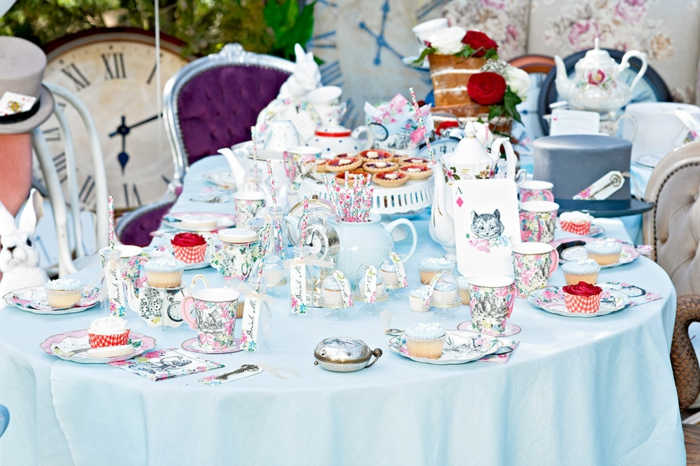 Alice-au-pays-des-merveille-disney-comment-aménager-la-salle-festive-nappe-de-table-bleu