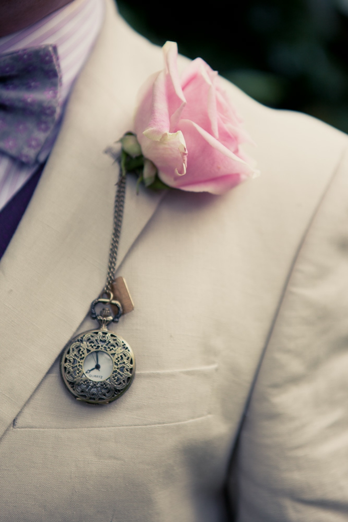 Alice-au-pays-des-merveilles-Disney-déco-mariage-de-princesse-couple-heureuse-détail-rose-et-horloge