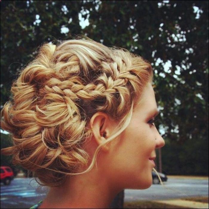 Coiffure-pour-cheveux-mi-longs-et-bouclés-automne-hiver-2016-blonde-resized