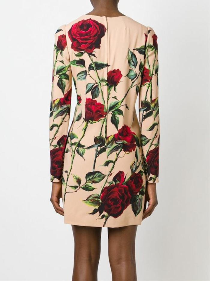 Des-robes-droites-fluides-tenue-de-jour-robe-femme-élégante-roses-beige-rose-dolce-et-gabana