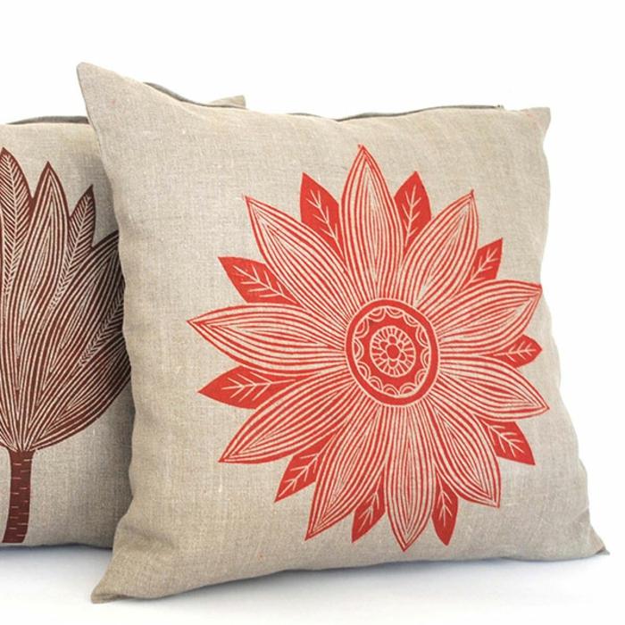 Idées-déco-d-intérieur-le-coussin-design-pour-le-canapé-fleur