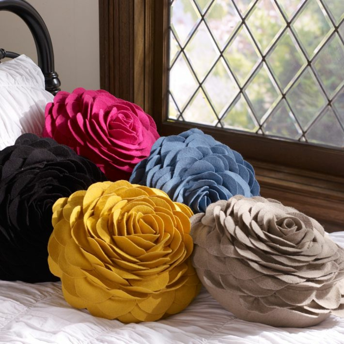 Idées-déco-d-intérieur-le-coussin-design-pour-le-canapé-roses