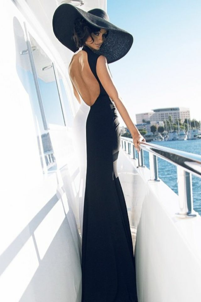 La-capeline-noire-chapeau-capeline-grand-chapeau-femme-habillée-cruise-mer