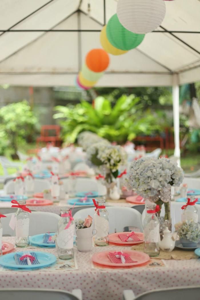 Les-personnages-Alice-au-pays-des-merveilles-disney-belle-idée-décoration-table-de-mariage-fleurs-vases-anniversaire
