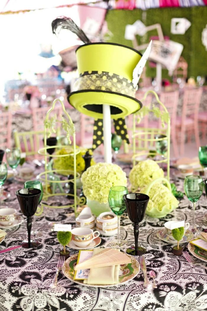 Les-personnages-Alice-au-pays-des-merveilles-disney-décoration-table-de-mariage-vert-jaune-chapeau-folle-beau