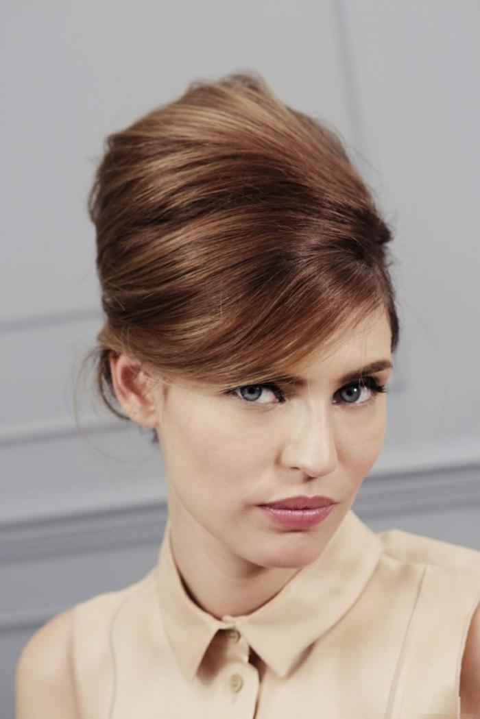 Un-chignon-banane-sur-cheveux-mi-longs-vintage-bouffant-updo-hairstyle-idées-cheveux-mi-longs-resized