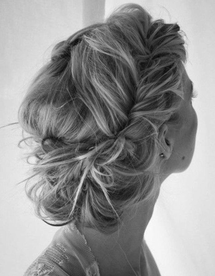 Une-belle-couronne-de-cheveux-torsadés-cheveux-mi-longs-blonds-idées-chignon-facile-resized