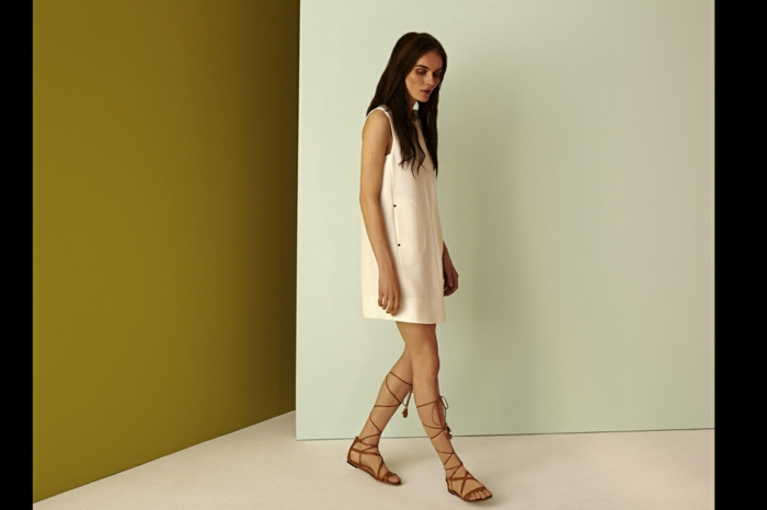 Une-robe-fluide-droite-chique-et-élégante-femme-mode-blanc-sandales