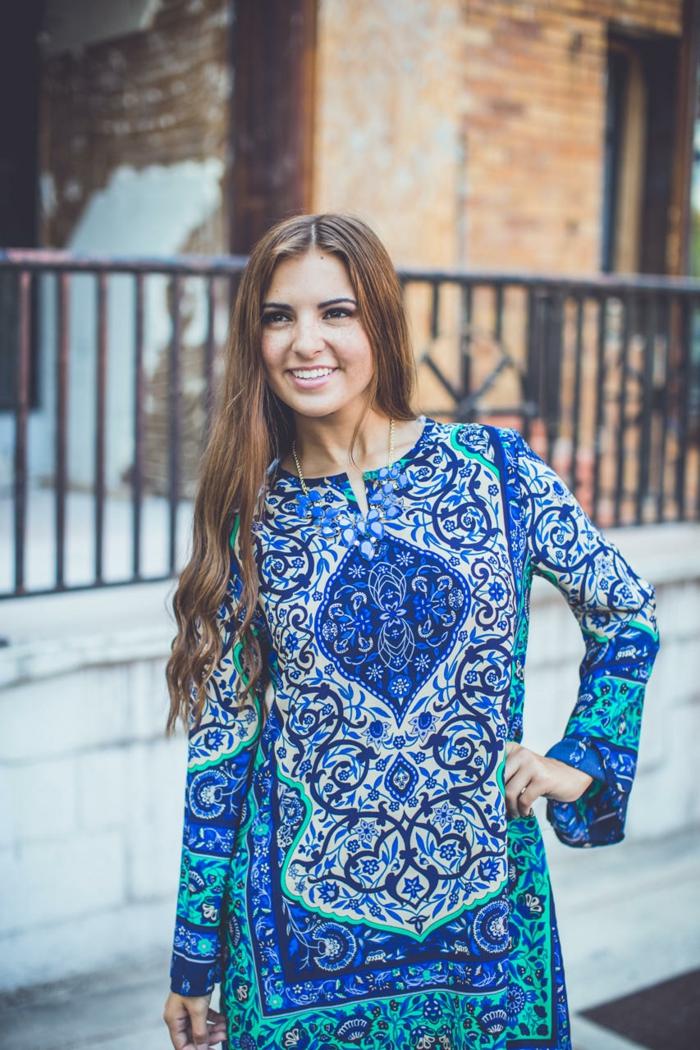 Une-robe-fluide-droite-chique-et-élégante-femme-mode-bleu-et-blanc-patterne