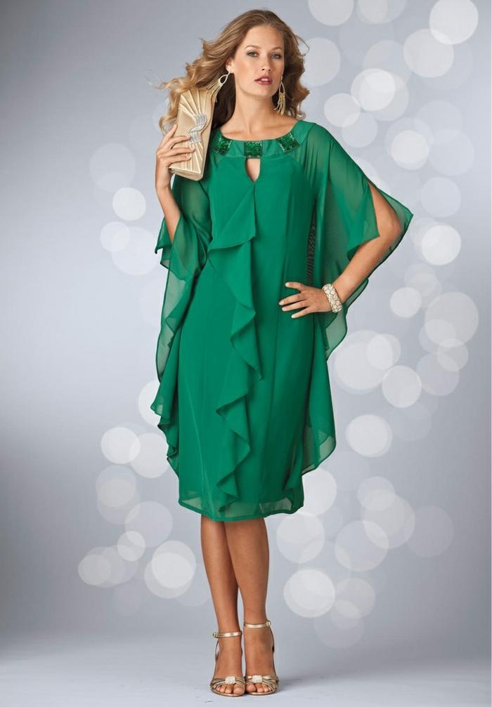 Une-robe-fluide-droite-chique-et-élégante-femme-mode-en-vert