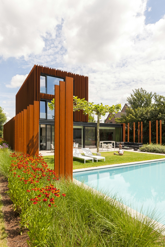 acier-patinable-sculpture-acier-faire-maison-contemporaine-avec-piscine