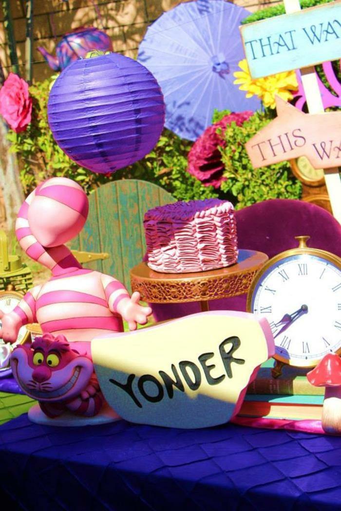 alice-au-pays-des-merveille-disney-comment-aménager-la-salle-festive-en-violet-chapeaux-chat