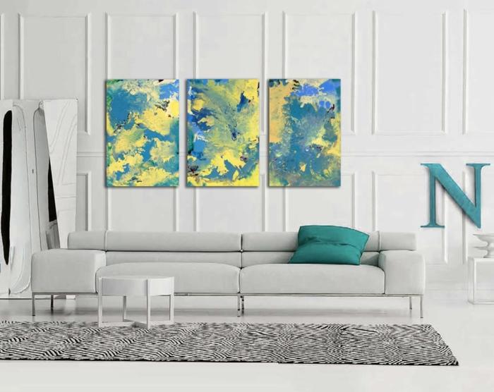 aménager-son-salon-gris-et-bleu-jaune-miroir-canapé-blanc-tapis-blanc-et-noir-zebre