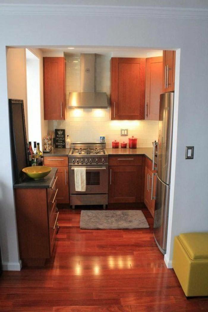 amenager-petite-cuisine-avec-meubles-en-bois-foncé-sol-en-parquette-de-couleur-marron