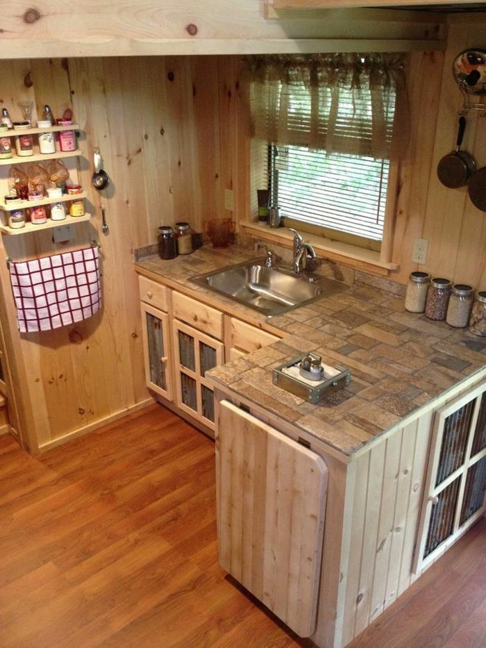 amenager-petite-cuisine-avec-meubles-en-chene-clair-sol-en-lino-immitant-le-parquete